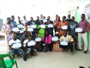 Incubation  programme participants with their ceritificates